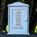 Drewniana szafka na klucze Dom - prezent ślubny